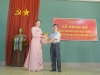 12._Thay Lap (chu tich Cong doan) tang hoa chuc mung - DSC_9839