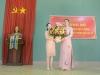 13._Co Anh Ngoc (P.BT Doan) tang hoa chuc mung - DSC_9841