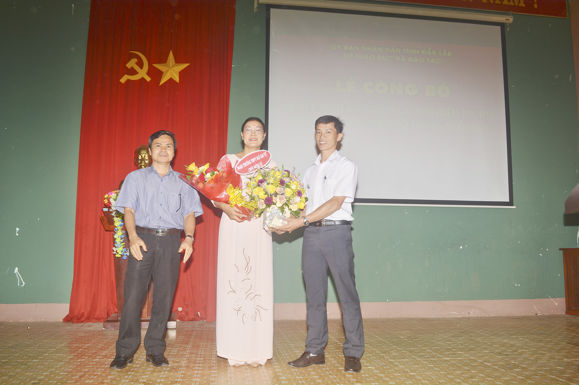Công Đoàn, Đoàn trường tặng hoa chúc mừng