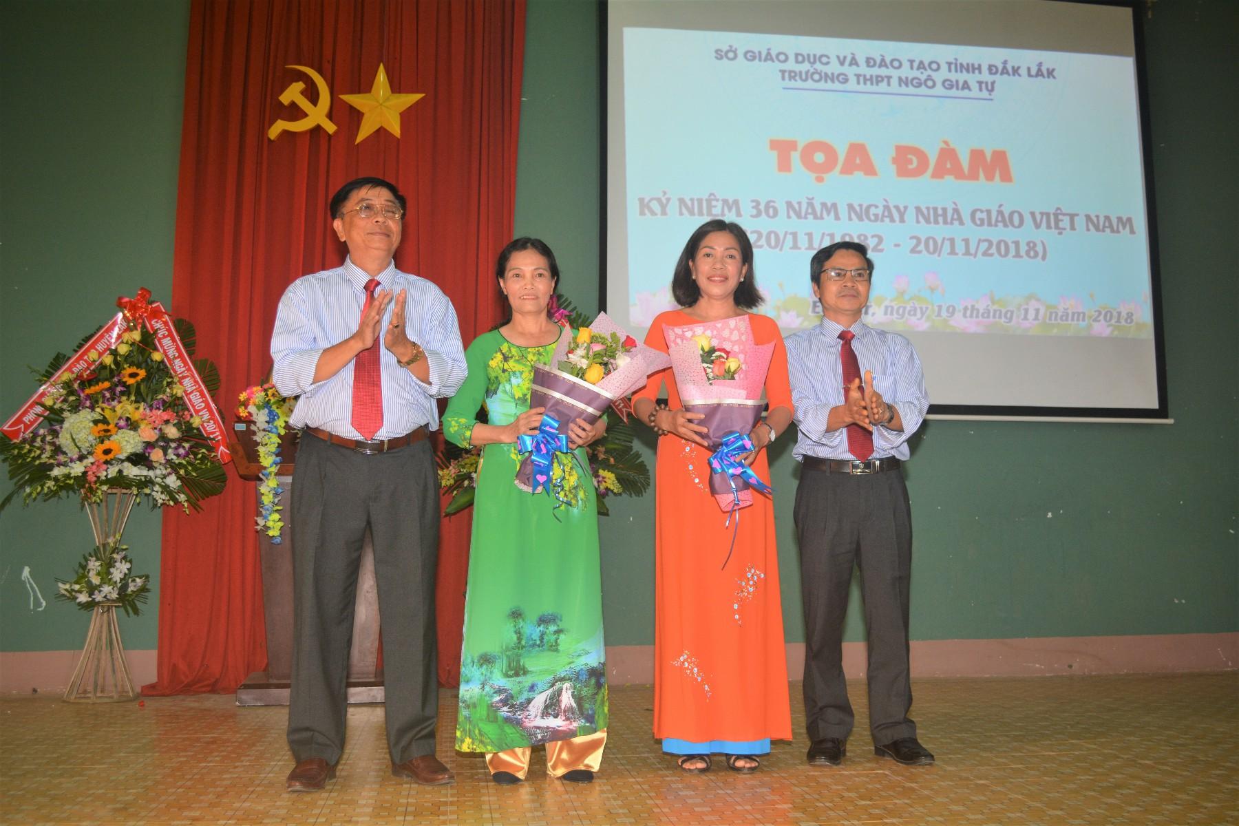 Ban giám hiệu, Công đoàn nhà trường tặng hoa tri ân thầy cô giáo đã nghỉ hưu