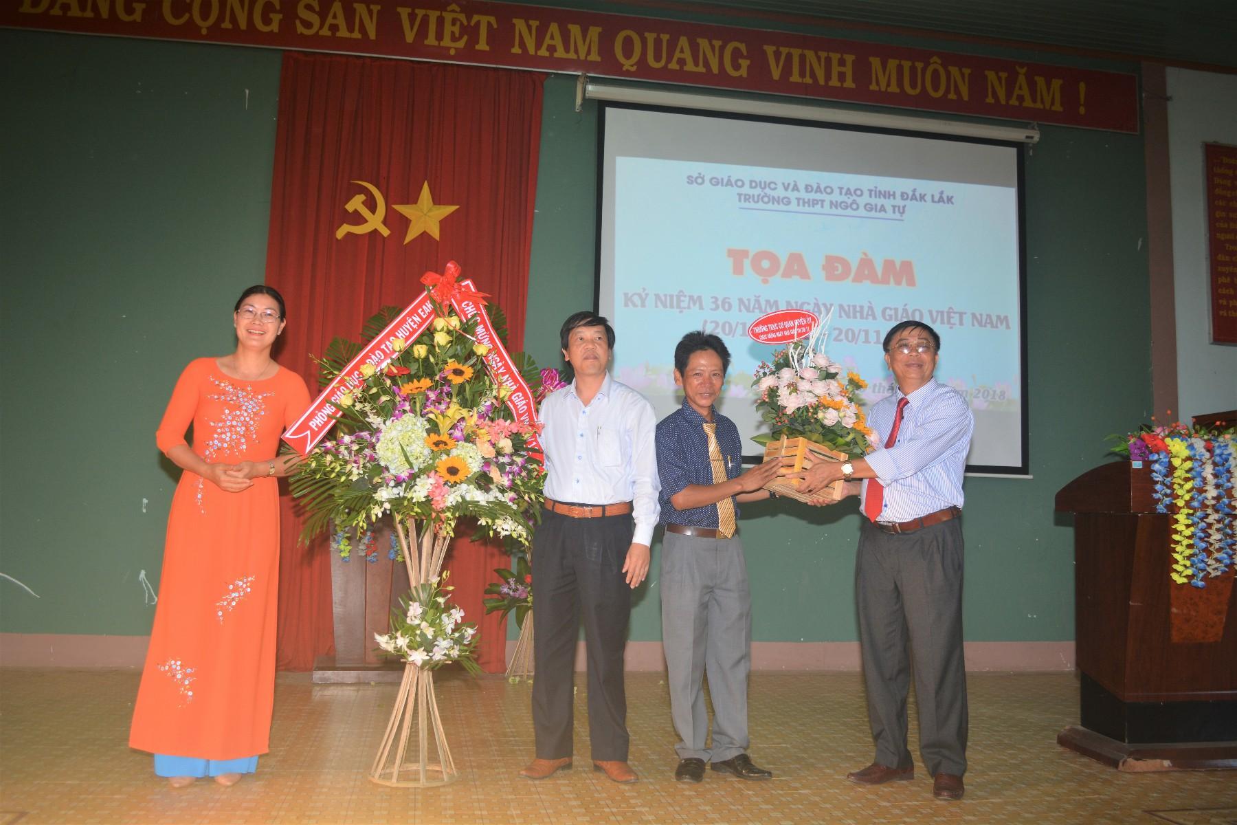 Thầy Nguyễn Thanh Dương đại diện Phòng GD, đồng Chí Trần Đức Lương tặng hoa cho nhà trường