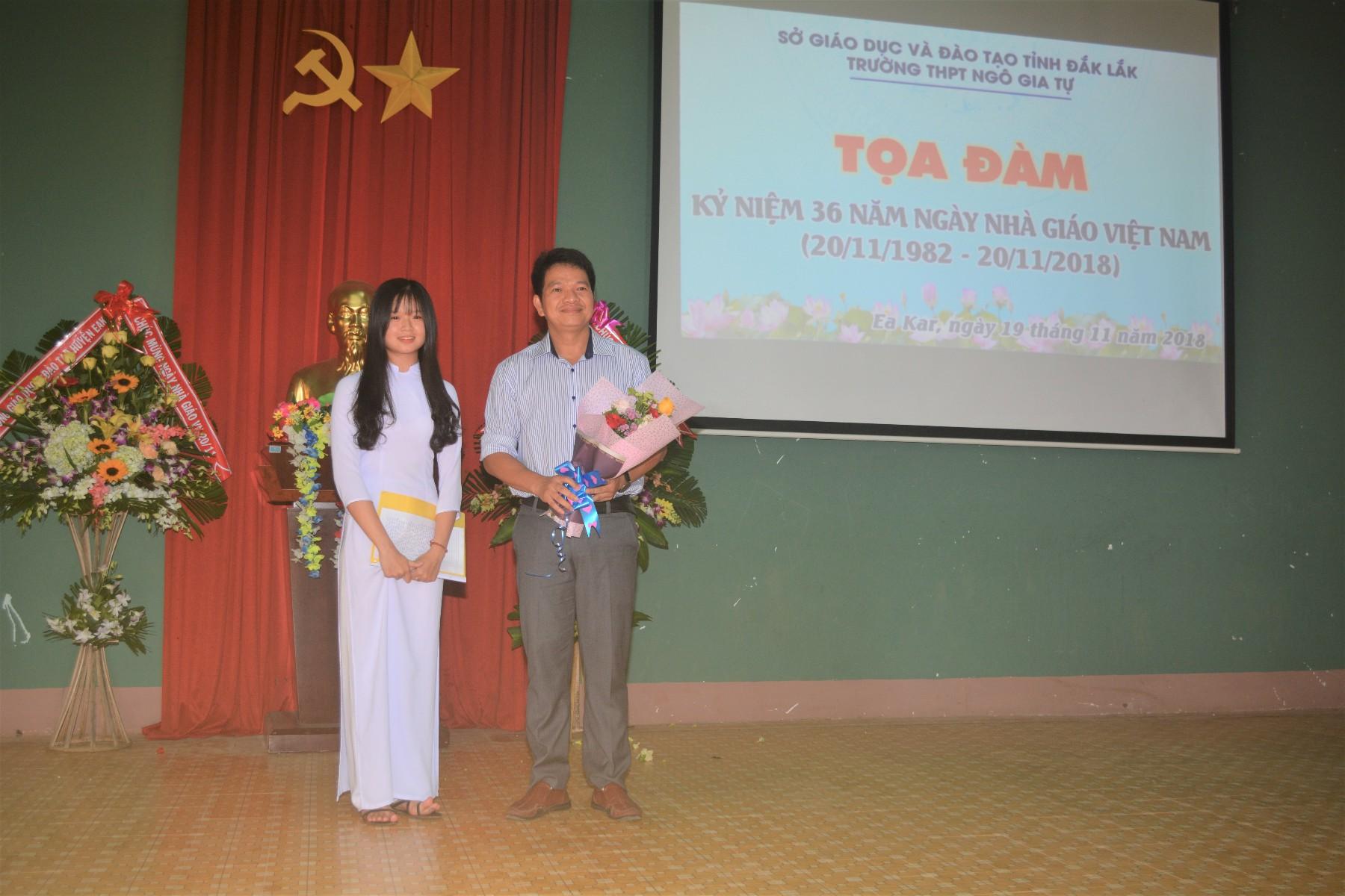 Học sinh Đặng Thị Quỳnh Như tặng hoa cho nhà trường