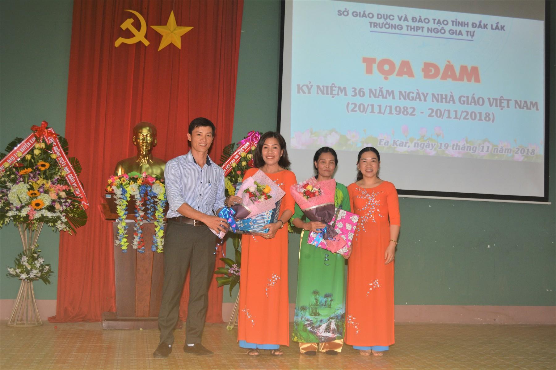 Đoàn thanh niên tặng hoa tri ân thầy cô giáo đã nghỉ hưu