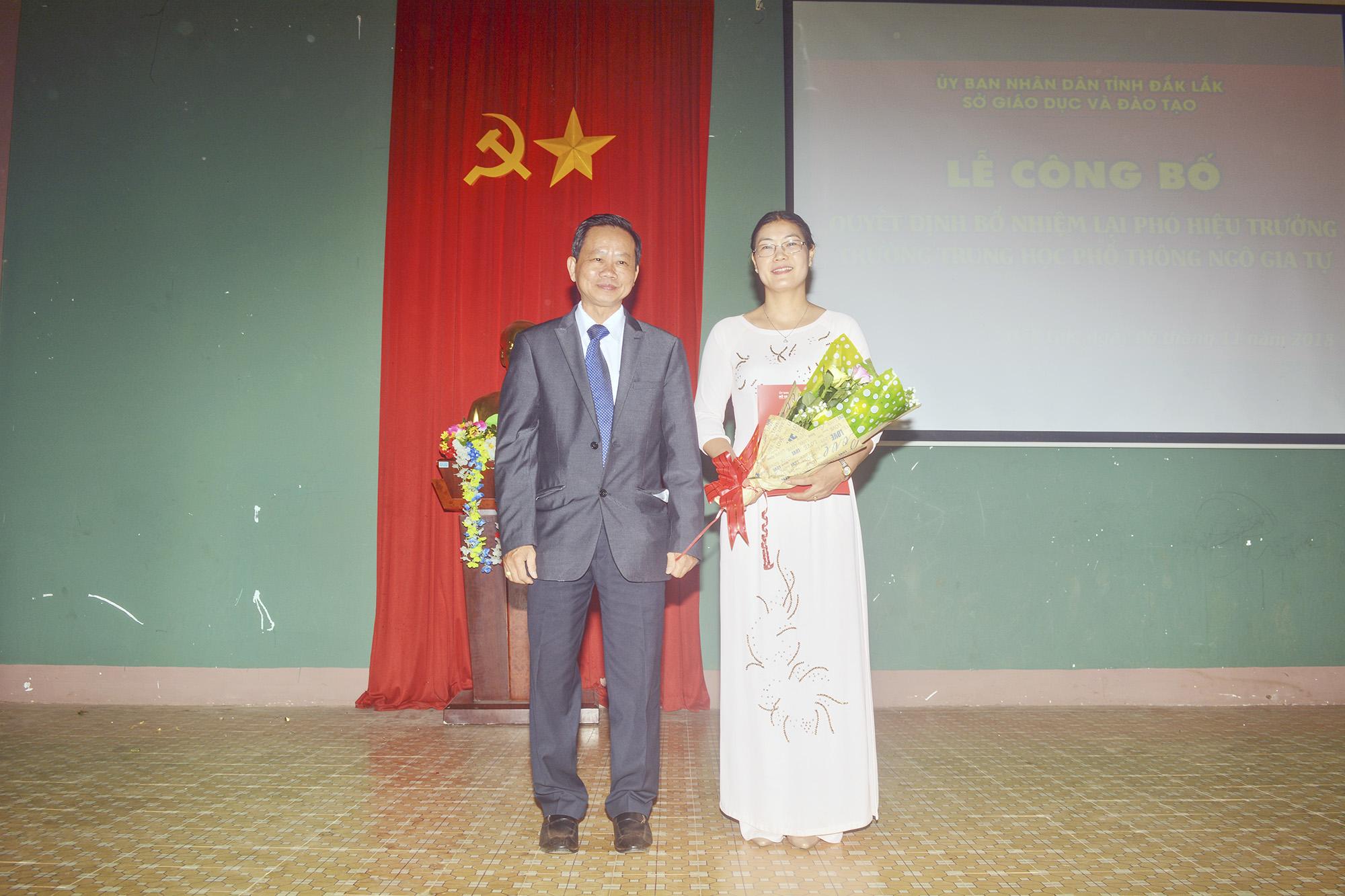 Thầy Bùi Hữu Thành Cát trao hoa chúc mừng