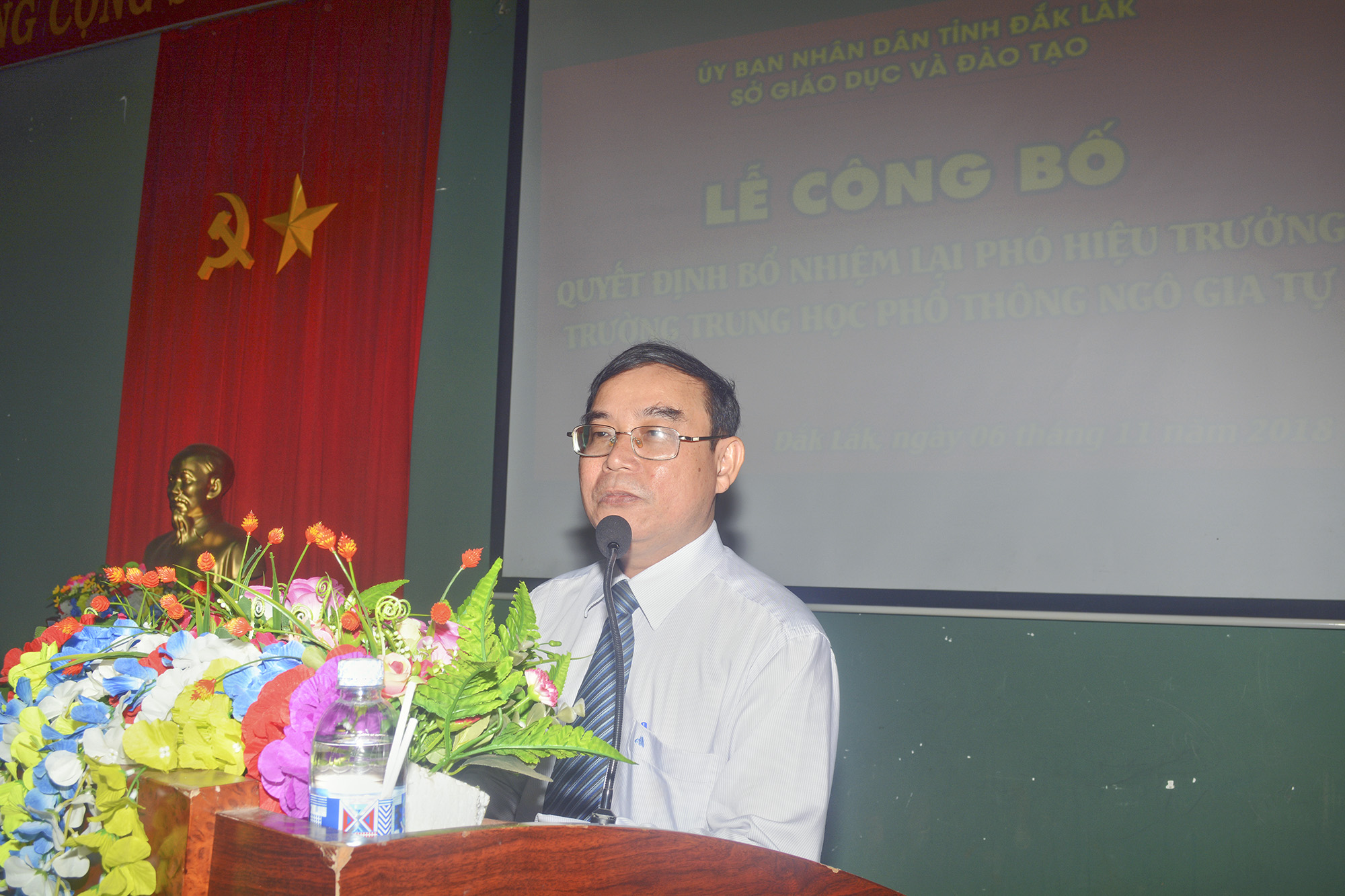 Thầy Nguyễn Hữu Quát công bố quyết định bổ nhiệm lại Phó Hiệu trưởng cho cô Phạm Thị Dinh