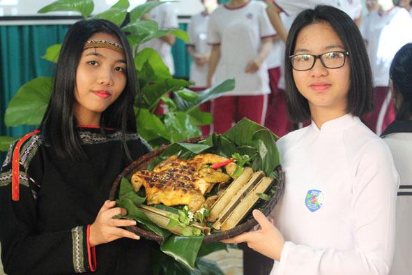 Học sinh Trường THPT Ngô Gia Tự giới thiệu văn hóa ẩm thực Tây Nguyên với bạn bè quốc tế. (Ảnh do Trường THPT Ngô Gia Tự cung cấp).