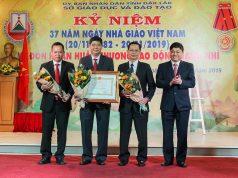 Thừa ủy quyền của Chủ tịch nước, Phó Bí thư Thường trực Tỉnh ủy Phạm Minh Tấn trao tặng Huân chương Lao động hạng Nhì cho Sở GD-ĐT. Ảnh: Hoàng Gia