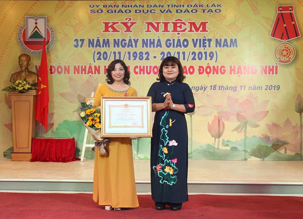 Thừa ủy quyền của Chủ tịch nước, Phó Chủ tịch UBND tỉnh H'Yim Kđoh trao tặng Huân chương Lao động hạng Ba cho bà Thái Thị Mỹ Bình. Ảnh: Hoàng Gia