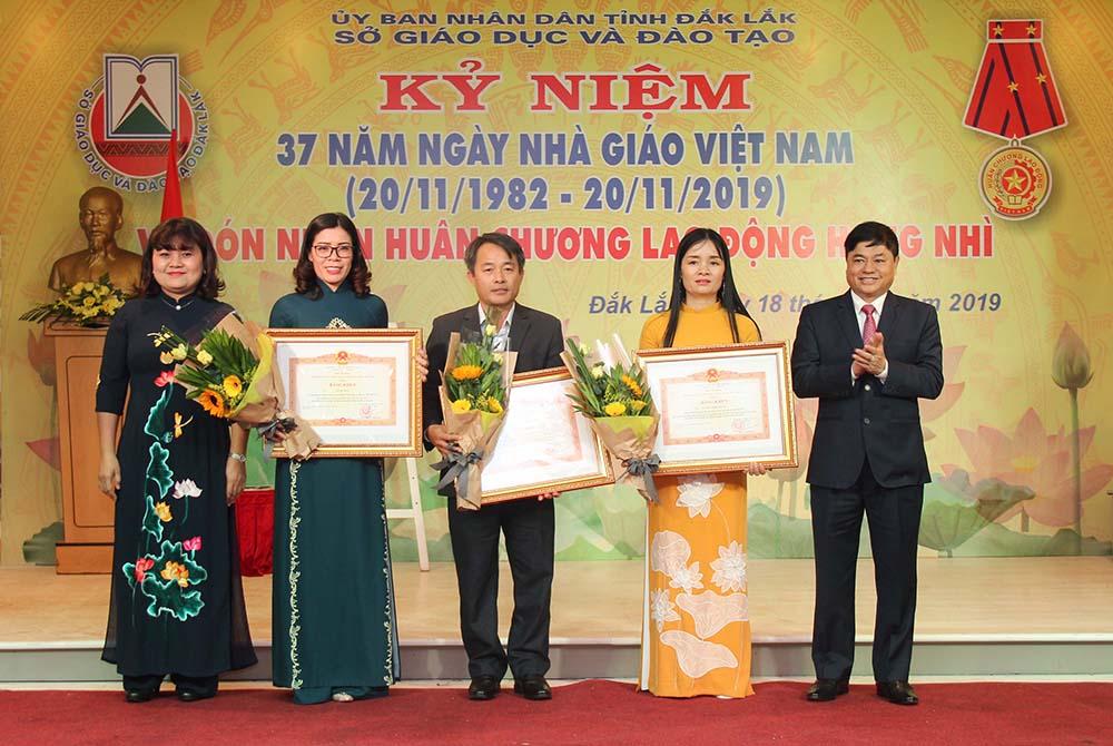 Lãnh đạo tỉnh trao Bằng khen của Thủ tướng Chính phủ tặng các cá nhân có thành tích xuất sắc. Ảnh: Hoàng Gia